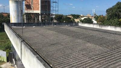 Reparo do telhado do prédio das salas de aula e construção de beiral para o auditório do Campus Quissamã.