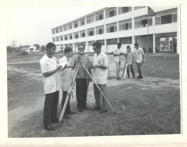 Primeiras aulas na sede de Campos - aula com teodolito - 1968