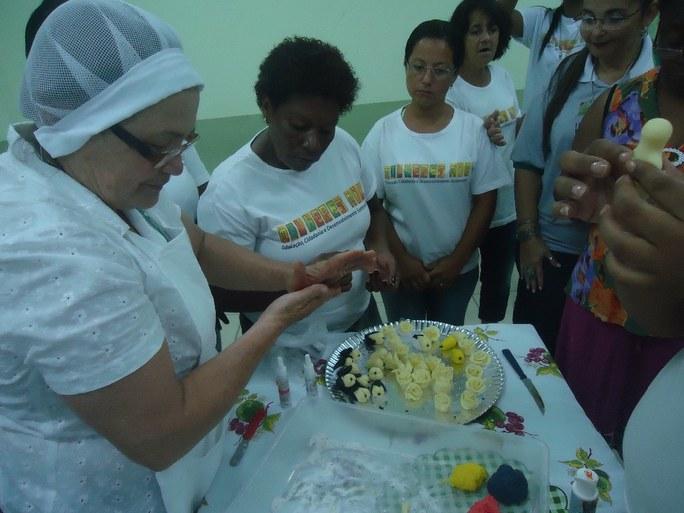 Foto 4 -  Alunas participando de aula no Laboratório do campus Bom Jesus.