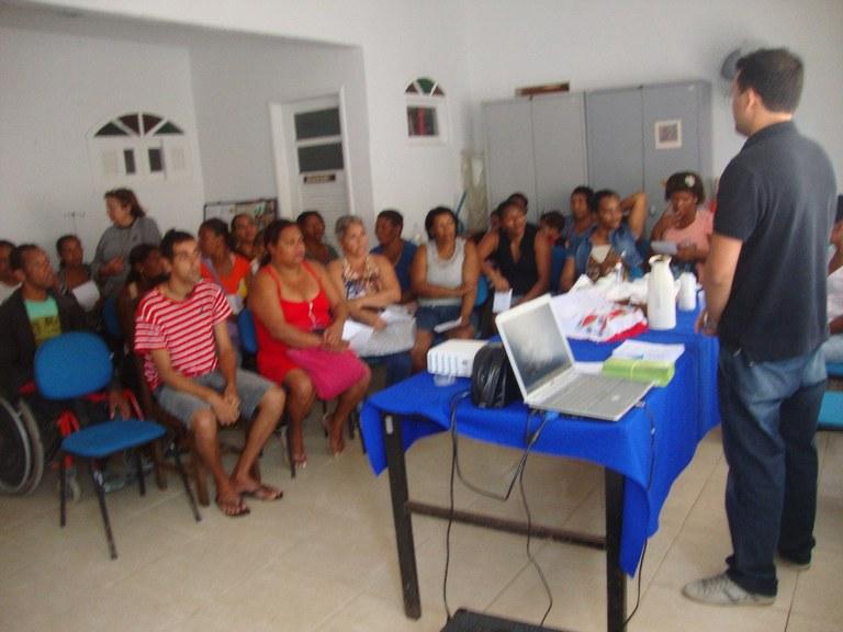 Foto 11- Visita do Professor Lacerda as alunas a comunidade carente de Armação e Búzios para falar sobre o Programa Mulheres Mil.
