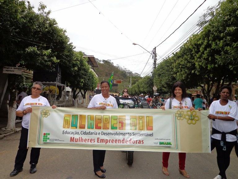 Foto 13 - As alunas do Programa Mulheres Mil do campus Cambuci, participando do desfile escolar  em comemoração do aniversário da cidade de Cambuci, com a equipe da Prefeitura Municipal inclusive o Prefeito (2013).