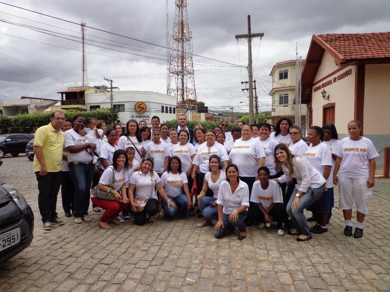 Foto 14 – As alunas do Programa Mulheres Mil do campus Cambuci, participando do desfile escolar  em comemoração do aniversário da cidade de Cambuci, com a equipe da Prefeitura Municipal inclusive o Prefeito (2013).