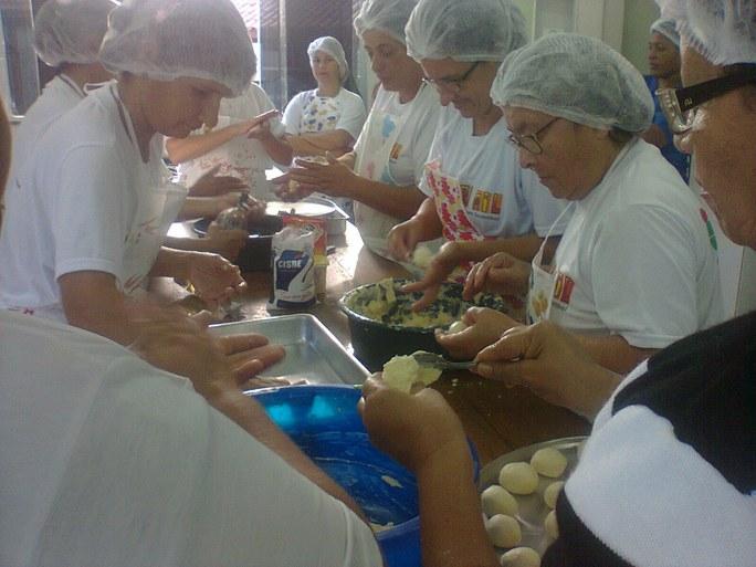 Foto 36 - Alunas do PMM de São João da Barra participando de oficinas de doces ornamentais com a professora Celeste (2012).