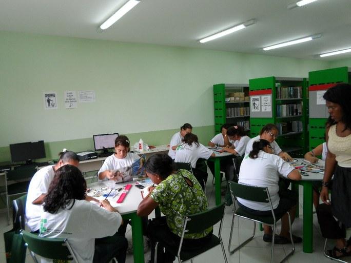 Foto 37 - Alunas do PMM de São João da Barra fazendo o mapa da vida sob a orientação da assistente social.