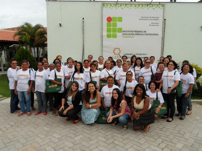 Foto 38 - Alunas do campus Avançado UPEA posando para foto com a equipe de professores (2012), no dia da formatura.