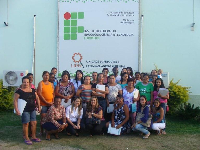 Foto 33 - Alunas do campus Avançado UPEA posando para foto com a equipe de professores (2012).