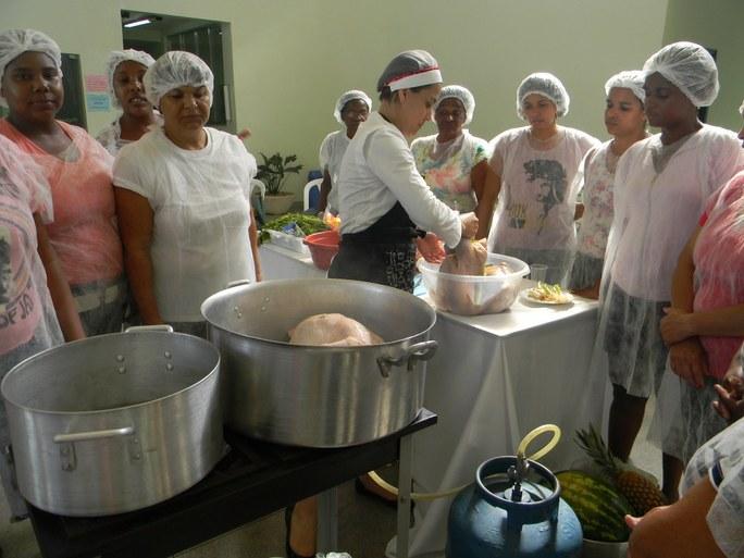 Foto 22 - Aula Prática de Culinária das Alunas do Programa Mulheres Mil com professora Raquel Fernandes, campus Campos Guarus.