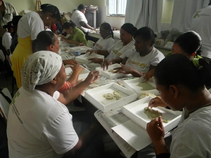 Foto 23 - Aula Prática de artesanato das Alunas do Programa Mulheres Mil com professor Paulo Sérgio Quintieri, campus Campos Guarus.