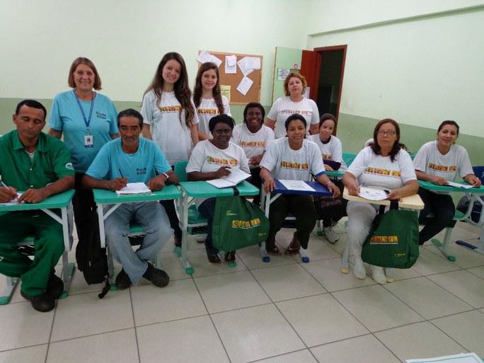 Foto 1 – Alunos do Programa Mulheres Mil sendo alfabetizados.