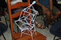 Torre de canudos produzida durante palestra do professor André Uebe.