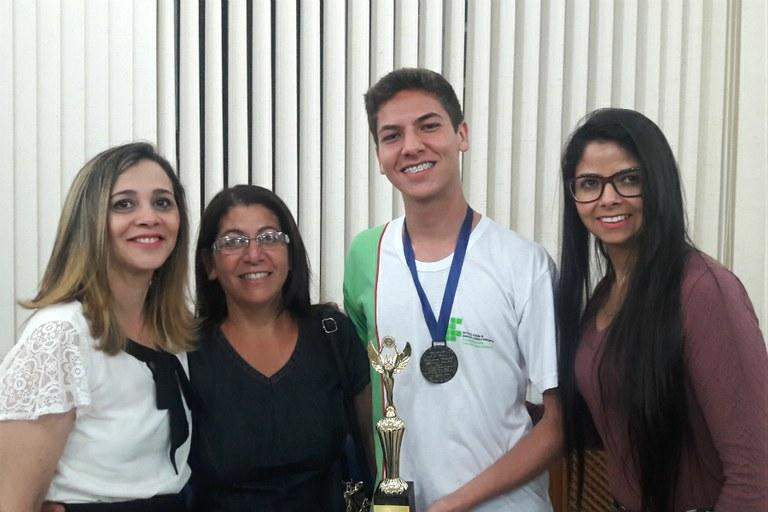A professora Otília Moura, a mãe Maria das Graças Anacleto e a tia Milka Pereira acompanharam a premiação.