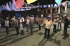 Público foi convidado a aprender o Mineiro Pau, dança marcada pelo manejo de bastões de madeira, feitos de arco de pipa ou ipê.