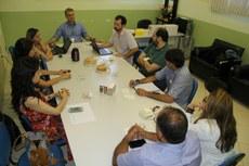 Após a reunião, representantes também visitaram laboratórios do campus para avaliação.