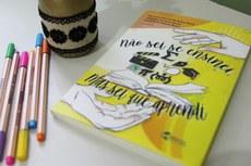 """""""A decisão pela concepção do livro surgiu do desejo por uma desconexão com uma escrita estritamente acadêmica que, muitas vezes, mais nos afasta e engessa do que nos achega às nossas experiências em sala de aula"""", conta Ana Guimarães."""