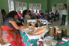 As mulheres Nutriarte exibiram seus produtos durante a palestra.