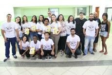Alunos e professores participantes da criação do livro participaram do evento de lançamento.