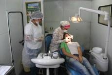 Lorena Assis, servidora da prefeitura de Bom Jesus, auxilia nos tratamentos.