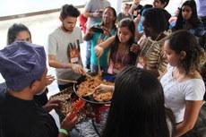 Presentes participaram do preparo dos pratos.