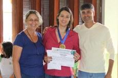 """A estudante egressa do IFF Anysia Pessanha representou seu grupo de pesquisa no recebimento do prêmio de melhor trabalho na temática """"Agropecuária e Meio Ambiente""""."""