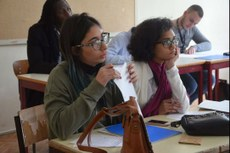 As alunas Lara Hodos e Yres Santiago durante o debate