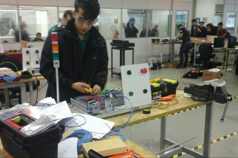 Brenon monta o equipamento durante a competição