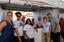 A professora Adriana Slongo com os alunos e as agricultoras durante a festa do feijão