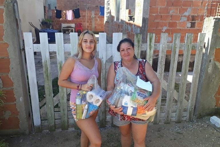 Estudante recebe, em casa, a cesta de alimentos