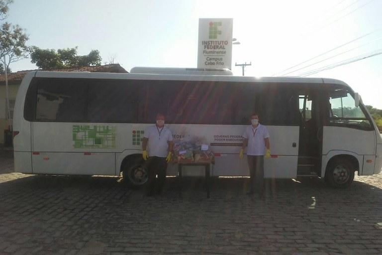 Servidores prontos para entregar as cestas