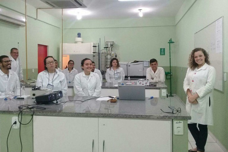 A professora Paula Marcelly (à direita) ministrou um mini curso sobre biodiesel