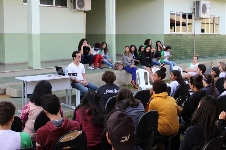 O ator Bruno Peixoto responde as perguntas dos alunos