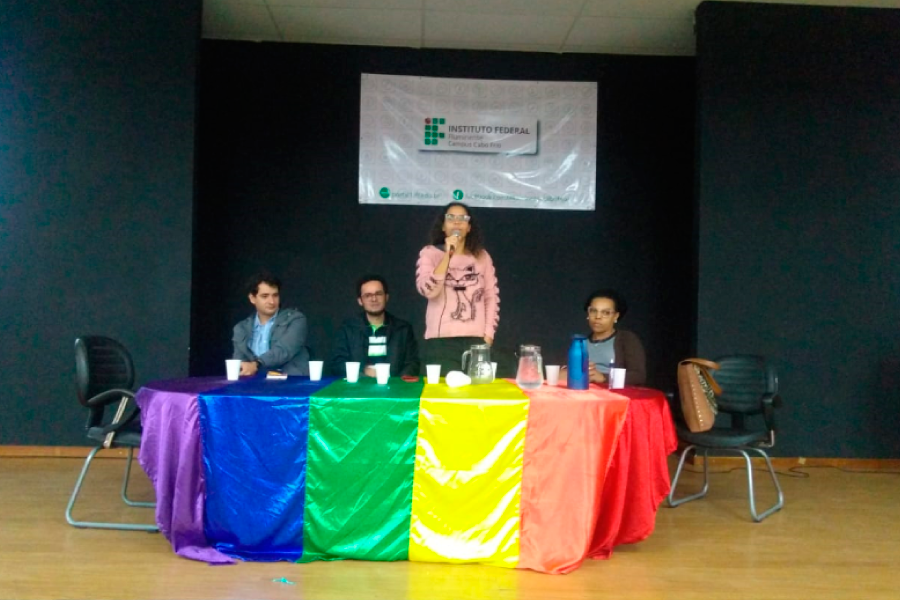 A psicóloga Maria Carolina mediou as perguntas durante a palestra.