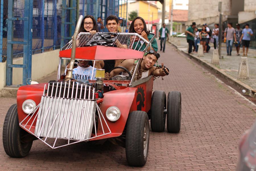 Carro montado em laboratório de Mecânica do campus Campos Centro (Foto: Diomarcelo Peçanha/Núcleo de Imagens do IFF).