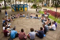 Alunos participam de aula de campo