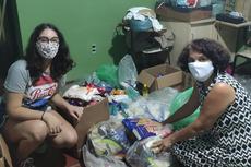 A aluna Raquel Mendes entrega doações a instituição que distribui alimentos para população carente.Fotos: Divulgação