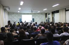 Auditório lotado de ouvintes que foram prestigiar o evento.