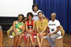 Lucia Talabi, Bárbara Santos, Mateus Gonçalves (de pé), Gabriel Horsth e Neusinha da Hora participaram da roda de conversa sobre teatro, empoderamento da população negra e racismo.