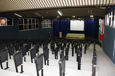O Auditório Cristina Bastos está passando por uma troca de assentos. Em breve, as novas cadeiras serão instaladas. (Foto: Letícia Cunha)