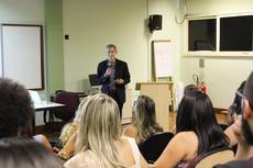 O professor Nelson Studart ministrou a aula nessa quinta-feira, 14, no Auditório Reginaldo Rangel (Raphaella Cordeiro)