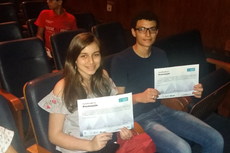 Carolina, João Pedro e os certificados.