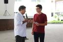 O diretor geral do campus, Carlos Alberto Henriques, presta homenagem ao estudante João Pedro (Foto: Rakenny Braga)