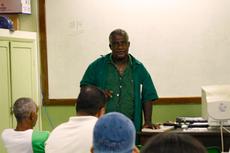 O servidor Jorge Mendes Lopes em aula para estudantes da Educação de Jovens e Adultos (EJA) Foto: Leandro Vicente)