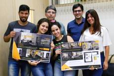 Os estudantes premiados, o geral, Carlos Alberto, Jonivan e a organizadora do projeto, Cristina Baptista.