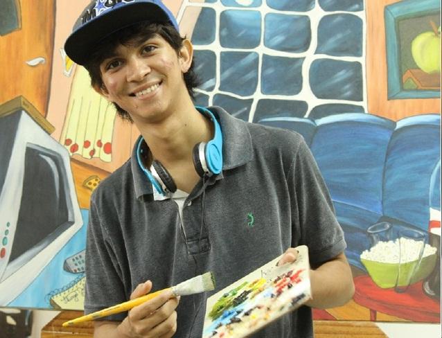 Thiago e um dos trabalhos que podem ser vistos na Raul Linhares ( Foto: Patrícia Bueno/O Diário)