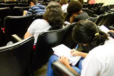 Estudantes resolvem questões da prova no Auditório Miguel Ramalho (Antonio Barros/Comunicação Social)