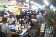 O estudante João Elias explica seu projeto para participante.