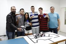 O professor David, estudantes integrantes da equipe e o coordenador do curso, Fernando Uilliam (Foto: Raphaella Cordeiro)