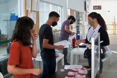 A estudante Marcela Thomaiz recebe seu chip (Antonio Barros).