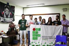 Parte do time e dos robôs (Foto: Raphaella Cordeiro)