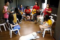 Os participantes do grupo cantam e assumem instrumentos musicais também, nos ensaios nas terças e sextas-feiras (Foto: Rakenny Braga)