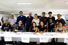 Professores acolhem os alunos antes da prova da Olimpíada da Matemática. (Foto: Rakenny Braga)